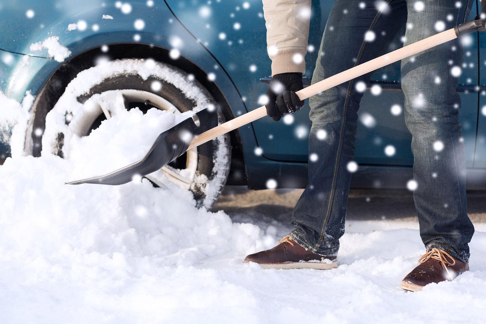 voiture neige pelle