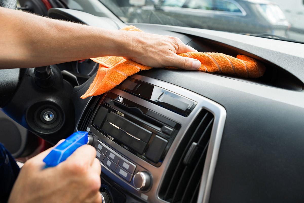 nettoyer voiture tableau de bord